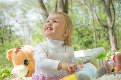Mała dziewczynka bawić się w parku z wiadrem i kredkami Zdjęcia Royalty Free