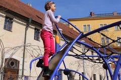Mała dziewczynka bawić się w przygoda parku Fotografia Royalty Free