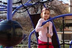 Mała dziewczynka bawić się w przygoda parku Zdjęcia Royalty Free