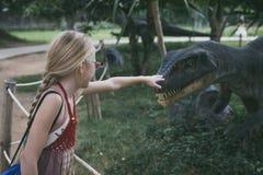 Mała dziewczynka bawić się w przygody Dino parku fotografia stock
