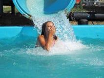 Mała dziewczynka bawić się w wodnym parku Zdjęcia Royalty Free