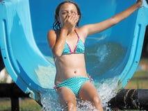 Mała dziewczynka bawić się w wodnym parku Obraz Royalty Free