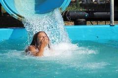 Mała dziewczynka bawić się w wodnym parku Fotografia Stock