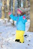 Mała dziewczynka bawić się w zima lesie Zdjęcie Royalty Free