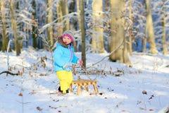 Mała dziewczynka bawić się w zima lesie Obrazy Royalty Free