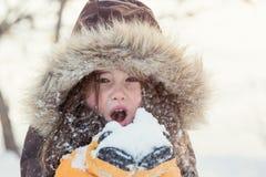 Mała dziewczynka bawić się z śniegiem w zimie obraz stock