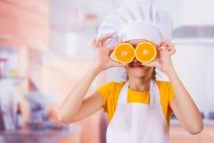 Mała dziewczynka bawić się z świeżymi mandaryn owoc Zdjęcia Stock