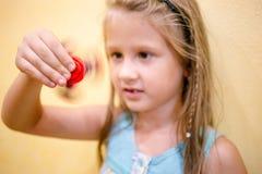 Mała dziewczynka bawić się z czerwoną wiercipięta kądziołka zabawką zdjęcia royalty free