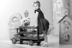 Mała dziewczynka bawić się z dużym drewnianym samochodem Obraz Royalty Free