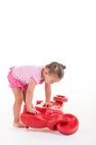 Mała Dziewczynka bawić się z jej czerwoną hulajnoga obrazy stock
