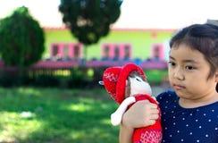 Mała dziewczynka bawić się z jej dzieckiem - lala Zdjęcia Stock