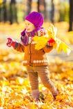 Mała dziewczynka bawić się z jesień liść Obrazy Royalty Free