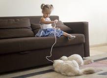Mała dziewczynka bawić się z kotami Zdjęcia Royalty Free