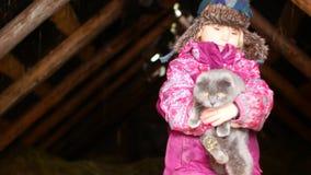 Mała dziewczynka bawić się z kotem w zimie zbiory