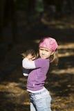 Mała dziewczynka bawić się z liśćmi Zdjęcia Royalty Free