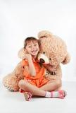 Mała dziewczynka bawić się z misiem Obraz Royalty Free