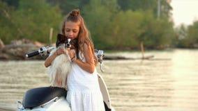 Mała dziewczynka bawić się z psem na plaży troszkę Piękna dziewczyna odpoczynek przy morzem z psem troszkę zbiory