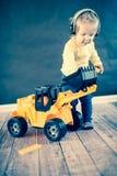 Mała Dziewczynka Bawić się z zabawki ciężarówką Fotografia Royalty Free