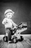 Mała Dziewczynka Bawić się z zabawki ciężarówką - Czarny I Biały obrazek zdjęcia stock
