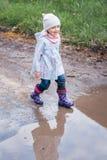 Mała dziewczynka biega kałuża obraz royalty free