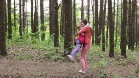 Mała dziewczynka biega w ręki jej matka zbiory wideo
