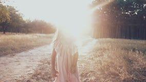 Mała dziewczynka biega wzdłuż ścieżki w parku szczęśliwy dziewczyna bieg wokoło Zmierzchu światło zbiory wideo