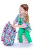 Mała dziewczynka bierze książkę obraz royalty free