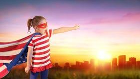 Mała Dziewczynka bohater Usa Z pejzażem miejskim zdjęcia royalty free