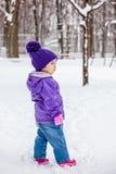 Mała dziewczynka chodzi samotnego outside, dzieciaki folował wzrosta portret Zdjęcie Royalty Free