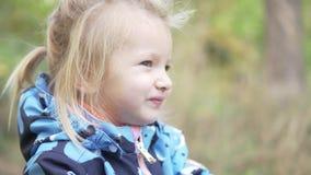 Mała dziewczynka chodzi w jesień parku Zakończenia dziecko zdjęcie wideo