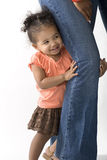 Mała dziewczynka chuje za bezpieczeństwem jej matki iść na piechotę zdjęcie stock