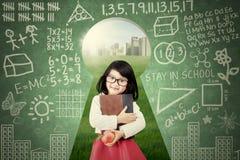 Mała dziewczynka chwytów książka na keyhole ilustracja wektor