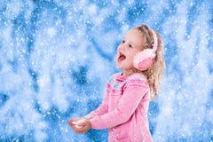 Mała dziewczynka chwytający śnieżni płatki Obraz Royalty Free