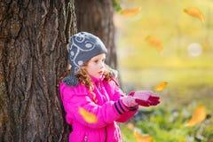Mała dziewczynka ciągnie jej rękę w jesień parku Fotografia Royalty Free