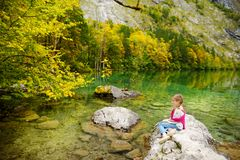Mała dziewczynka cieszy się widok głęboki - zieleń nawadnia Obersee, lokalizuje blisko Konigssee, znać jako Niemcy ` s głęboki i  Zdjęcia Stock