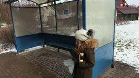 Mała dziewczynka czekać na autobus centrum miasta zbiory wideo