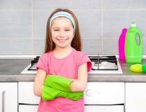Dziewczyna robi cleaning w kuchni obraz stock