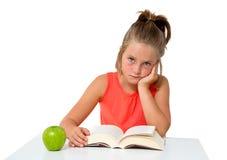 Mała dziewczynka czyta książkę Obrazy Royalty Free