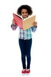 Mała dziewczynka czytelnicza książka Zdjęcia Royalty Free