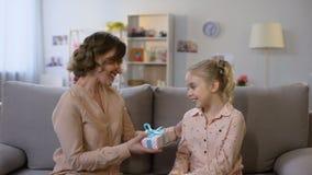 Mała dziewczynka daje teraźniejszości matki, urodzinowy świętowanie, rodzinna afekcja, opieka zbiory