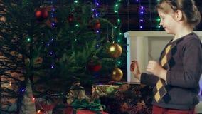 Mała dziewczynka dekoruje choinki zbiory