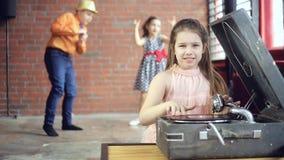 Mała dziewczynka dj bawić się na winylu zdjęcie wideo