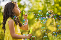 Mała dziewczynka dmucha mydlanego bąbel Fotografia Royalty Free
