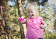 Mała dziewczynka dmucha mydlanych bąble Zdjęcie Royalty Free