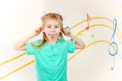 Mała dziewczynka dokucza jęzor i pokazuje obrazy royalty free