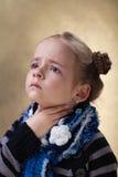 Mała dziewczynka z bolesnym gardłem w grypowym sezonie Obraz Royalty Free