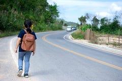 Mała dziewczynka działająca na drodze naprzód daleko od Zdjęcie Royalty Free