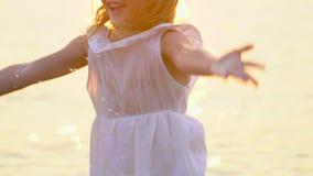Mała dziewczynka, dziecko ma zabawę w wodzie outdoors Szczęśliwych dzieci radosny dzieciak bawić się wewnątrz Widzii wodę twój wa zbiory wideo