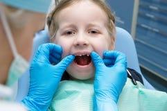 Mała dziewczynka egzamininująca w stomatologicznej klinice Obraz Stock