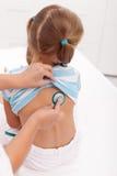 Mała dziewczynka egzamininuje z stetoskopem przy lekarką obrazy stock